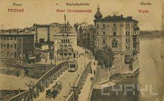 """""""Chwaliszewo na początku XX wieku, na pierwszym planie most Chwaliszewski, w tle od lewej spichlerz zbożowy, obok tzw. pałacyk Engla. 1906 - 1919"""" Fotografia pochodzi z portalu CYRYL - Cyfrowe Repozytorium Lokalne Poznań."""