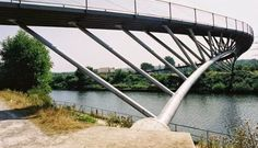 The Ripshorst footbridge in Oberhausen, Germany, is one example of how to deal with a curved deck for a mostly straight arch. Bridge Structure, Landscape Structure, Arch Bridge, Bridges Architecture, Landscape Architecture, Landscape Design, Civil Engineering Design, Architectural Engineering, Cantilever Bridge