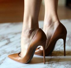 Brown pointed toe stiletto heels. Tacchi Close-Up #Shoes #Heels #Tacones