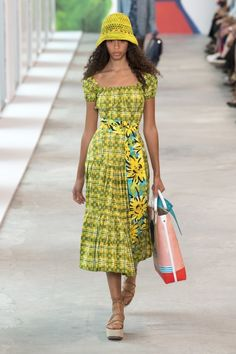 Michael Kors Collection Spring 2019 Ready-to-Wear Fashion Show Collection: See the complete Michael Kors Collection Spring 2019 Ready-to-Wear collection. Look 14 Vogue, Michael Kors Collection, Fashion Show Collection, Costume, New York Fashion, Street Style Women, Fashion Outfits, Fashion Trends, Womens Fashion