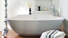 La bañera Scoop, de Falper para Gunni& Trentino, se sitúa en un nivel más elevado para facilitar su acceso.