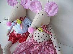 Svatba jako myš Myška s myšákem dnes mají svatbu.Velcí jsou 32 cm.Plněni jsou dutým vláknem,které je vhodné i pro alergiky. Barevnost i oblečení ráda přizpůsobím vašemu přání. Cena je za oba svatebčany.