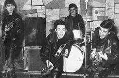 The Beatles no The Cavern Club John Lennon , Paul McCartney , George Harrison e Pete Best foram vistos pela primeira vez por Brian Epstein. Ringo Starr, George Harrison, Paul Mccartney, John Lennon, Rock And Roll, Pop Rock, Rare Photos, Photos Du, Old Photos