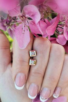 Pravidelná forma štyroch rovnakých strán, dávajúca základ štvorcovému tvaru, vytvorila priestor pre vznik náušníc Bellisima. Absolútna klasika v nestarnúcom prevedení, ktorú môžete nosiť či už ako štvorec alebo kosoštvorec a obmieňať tak s jedným šperkom dve varianty diamantového šarmantného súladu. Žlté zlato krásu briliantov podčiarkuje sebavedome a výsledný dojem nenechá nikoho na vážkach pri rozhodovaní, aký šperk je pri najbližšom výbere doplnenia šperkovnice skvelou voľbou. Bellisima, Pure Products, Diamond, Earrings, Jewelry, Ear Rings, Stud Earrings, Jewlery, Jewerly