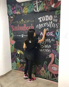 Misha Velazco  Chalkboard Wall Pared pizarra tienda de trajes de baño #Chalkboardart #Pizarras #paredPizarra #LaChicadelasPizarras