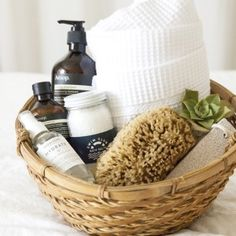 21 DIY gift baskets that really are perfect for any occasion! These DIY gift baskets will be loved by all! 21 Beautiful gift basket ideas that your friends and family will love! These 21 DIY Gift basket ideas are perfect for any occasion! Spa Basket, Guest Basket, Shower Basket, Towels In Basket, Diy Gift Baskets, Basket Gift, Raffle Gift Basket Ideas, Thank You Gift Baskets, Holiday Gift Baskets