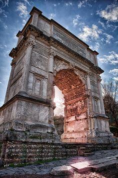 Arco de Tito Construído probablemente no ano 80 d.C. por Domiciano, irmán de Tito. Representa a conquista de Xerusalén por parte de Vespasiano e o seu fillo Tito no ano 71 d.C. Na súa volta a Roma celebraron un gran triunfo para conmemorala. Neste detalle dun relevo podemos ver ó emperador Tito celebrando o seu triunfo nunha cuádriga, acompañado das deusas Roma e Victoria. O home togado da dereita representa ó Senado de Roma; o que o acompaña encarna ó Populus Romanus