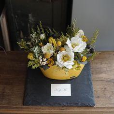 mille fleures / flower atelierさんはInstagramを利用しています:「custom made flower arrangement🌿 ミモザのアレンジをご覧になって ご新居のリビングに オーダーいただきました。 * エイジング加工された 厚手のポットは陽だまりの似合う まろやかなイエロー🐥 * 春のお花、アネモネと…」