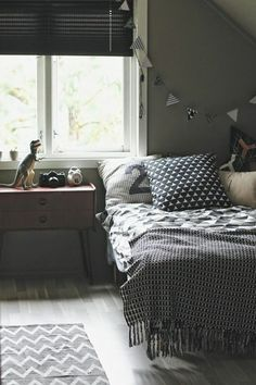 chambre ado ikea en gris anthracite, couverture de lit grise