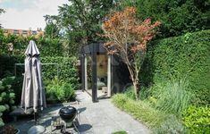Moderne tuinkamer van hout in de achtertuin
