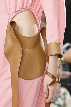 Loewe весна-лето 2018, Самые красивые украшения Недели моды в Париже
