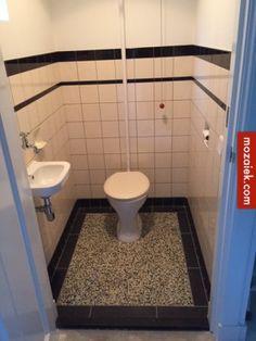 Eric en Judith stuurden deze foto's van hun gerenoveerde toilet. Het bestaande keramische zeepbakje en de keramische toiletrolhouder zijn gecombineerd met nieuwe tegels in jaren 30 stijl. Op de vloer granito tegels en van vloer naar wand de holle plint van dubbelhardgebakken klei, …