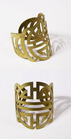 Cette manchette représente le symbole de la longévité au VietNam, elle est réalisée à la main par des artisans locaux dans du bronze Designed by Ithemba, Handmade in VietNam