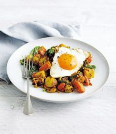 Indian-spiced bubble and squeak with fried eggs - Healthy Food Guide Egg Recipes, Brunch Recipes, Indian Food Recipes, Vegetarian Recipes, Healthy Recipes, Ethnic Recipes, Healthy Food, Macro Recipes, Healthy Brunch
