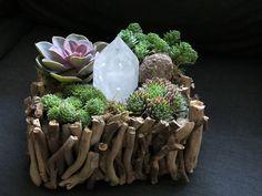 #bonsai art #盆栽 #多肉植物 #水晶 #crystal(Via: Ideas & Tips )これは新しい!水晶を入れた盆栽?鉱物を入れると、なんかゴージャスになりますね。(^^)化粧砂にK砂を!