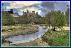Escalona La localidad se encuentra situada al borde de una eminencia formada de capas arcillosas y areniscas que se eleva casi perpendicularmente a 30 metros sobre la margen derecha del río Alberche. El municipio pertenece a la comarca de Torrijos y linda con los términos municipales de Aldea en Cabo, Paredes de Escalona y Almorox al norte, Santa Cruz del Retamar al este, Quismondo y Maqueda al sur, y Hormigos y Nombela al oeste, todos de Toledo.