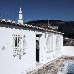 Manchmal werden Träume wahr. Einfach so. Weil das Universum beschließt dass jetzt der richtige Zeitpunkt dafür gekommen ist. Meist ist das der Moment wo man loslässt. Konzepte Konstrukte Vorstellungen Meinungen. Wenn man keine Pläne macht keine konkreten Ziele hat nur eine Idee und Geduld. Wenn die Energie fließen darf wie sie fließen möchte. Ein kleiner Impuls der Steine ins Rollen bringt. Der alles verändert. Und deshalb haben wir jetzt ein Haus in Portugal! Einfach so. . When dreams come… Dreams Come True, Algarve, Portugal, Louvre, Instagram, Building, Travel, Patience, Universe