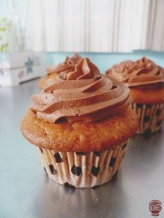 Cupcake vanille, glaçage au chocolat et cœur coulant caramel au beurre salé