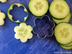 Use a cookie cutter to make cucumber flowers. Do not peel the cucumber in order to make sure the sides of the flower are firm