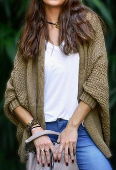 mode annee 1980 femme look quotidien veste en maille couleur olive avec manches type chauve souris