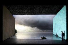 Vlaams opera [개인적인 생각] 양쪽의 두 벽이 장벽 하나의 양쪽 면을 상징하고 반대편에서 서로를 향해 울부짖는 모습은 서로를 못 보지만 또 서로 가까운 모습이 안타까움을 부각
