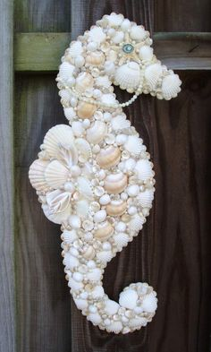 Kreativ mit Muscheln basteln – Ein Seepferd Make creative with shells – A sea horse Seashell Art, Seashell Crafts, Seashell Ornaments, Sea Crafts, Crafts To Do, Decor Crafts, Fall Crafts, Halloween Crafts, Seashell Projects