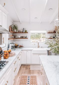 cozy kitchen design // all white kitchen // white cabinets // floating shelves // open shelves // small kitchen design Home Decor Kitchen, Cozy Kitchen, Kitchen Remodel, Kitchen Decor, Interior Design Kitchen, Kitchens Live Edge, Home Kitchens, Kitchen Living, Kitchen Design