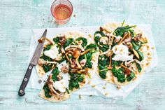 Piadina met paddenstoelen, truffeltapenade en spinazie Healthy Snacks, Healthy Recipes, Happy Foods, Tasty Dishes, I Love Food, Lunches, Vegetable Pizza, Family Meals, Foodies