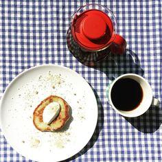 Resterne fra saftproduktionen skal ikke gå til spilde. Så 'frugtkødet' fra rabarberne blev brugt til rabarberpandekager. Der kom også lidt kardemomme i dejen og så er der skyr og hyldeblomst-sukker på toppen http://ift.tt/20b7VYo