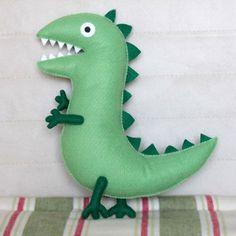 Boneco do Sr. Dinossauro Boneco de dinossauro do personagem George, do desenho Peppa Pig. Feito a mão em feltro. Não há partes coladas, são todas costuradas, não tendo o perigo de soltarem. Pig Crafts, Felt Crafts, Diy And Crafts, George Pig Toys, Peppa Pig Soft Toy, Cute Sewing Projects, Homemade Art, Dinosaur Pattern, Pig Party