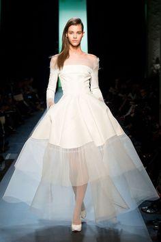 スカートの半分がシースルー!クリスチャン・ディオールのモードな一着♪ ハイブランドのウェディングドレス・花嫁衣装の一覧。