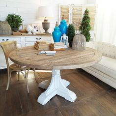 Tavolo rotondoin legno stile shabby con piano in rovere riciclato con finitura naturale sbiancata.