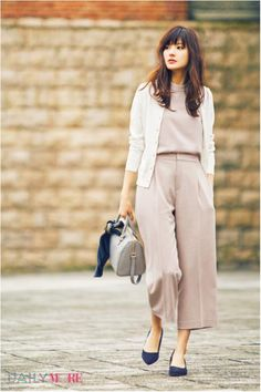 女の子らしいとろみ素材のベージュピンクセットアップ♡ ボトルネックノースリーブを使った春夏ファッションコーデ。