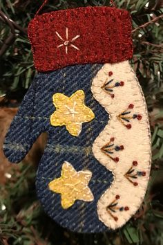 Attic Heirlooms 2019 Ornament of the Month Felt Christmas Decorations, Beaded Christmas Ornaments, Felt Ornaments, Christmas Crafts, Christmas Nativity, Christmas Printables, Homemade Christmas, Glass Ornaments, Wool Applique Patterns