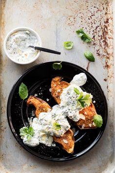 Minttu-korianterikastike Salty Foods, Vegan Recipes, Vegan Food, Curry, Veggies, Food And Drink, Meals, Student Food, Baking