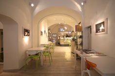Ristrutturazione e interior design Cuculia, Libreria con Cucina. Edificio Antinori. Struttura del '400. Prima sala.