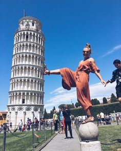 Beautiful portrait Tower of Pisa Italy. Photo by. Italy Pictures, Cool Pictures, Cool Photos, Amazing Photos, Amazing Art, Creative Photography, Photography Poses, Travel Photography, Woman Photography