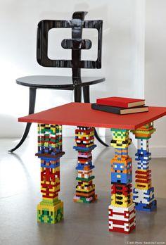 Une table avec des pieds en Lego