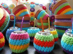 estilo colorido en decoracion - Buscar con Google Crochet Cozy, Diy Crochet, Crochet Storage, Plant Covers, Coffee Cozy, Crochet Accessories, Lana, Diy And Crafts, Crochet Earrings