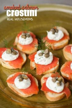 Smoked Salmon Crostini - Cheap appetizers - Appetizers for party Cheap Appetizers, Easy To Make Appetizers, Wedding Appetizers, Christmas Appetizers, Appetizer Recipes, Mini Appetizers, Thanksgiving Appetizers, Healthy Appetizers, Smoked Salmon Appetizer
