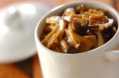スープやオムレツなどいろんな料理に応用できる万能調味料です。濃いめの味つけなので、冷蔵庫で2週間保存が効きます。これだけで味が決まる!たっぷりキノコの常備菜[洋食/煮もの]2014.09.22公開のレシピです。