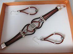 Conjunto de pendientes y pulsera de cuero y piezas de zamak (baño de plata). Engarce de los pendientes en en plata esterlina.