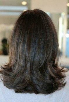 61 Shoulder Length Hair Cuts with Layers natural brunette hair color. I like how the hair falls on her shoulders. Layered Haircuts Shoulder Length, Medium Length Layered Hair, Medium Layered Hairstyles, Haircut For Medium Length Hair, Short Layered Haircuts, Long Layered, Medium Hair Styles, Short Hair Styles, Great Hair