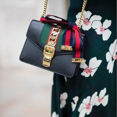 """Conoce las irresistibles """"mini-bags"""" que se convierten en el nuevo objeto de deseo de esta temporada. Visita www.harpersbazaar.mx y descubre cuáles son las de tus celebridades favoritas. #BazaarMx #HarpersBazaarMx #ThinkingFashion #TGIF  via HARPER'S BAZAAR MEXICO MAGAZINE OFFICIAL INSTAGRAM - Fashion Campaigns  Haute Couture  Advertising  Editorial Photography  Magazine Cover Designs  Supermodels  Runway Models"""