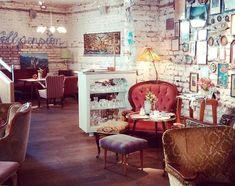 Cafe Interior Vintage, Vintage Cafe, Coffee House Cafe, Cozy Coffee Shop, Cafe Restaurant, Restaurant Design, Vintage Coffee Shops, Flower Cafe, Coffee Shop Interior Design