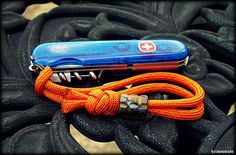 Paracord wrist lanyard with crown and diamond knot, #784 in ABoK.