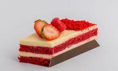O culoare superba - Red velvet - ce reiese din straturile pufoase realizate din blat vanilie, cu crema de branza si piure fructe padure. Fructe din abundenta! Red Velvet, Mousse, Cheesecake, Sweets, Eat, Desserts, Food, Tailgate Desserts, Deserts