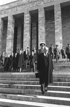 Atatürk-ün naaşının Anıtkabir-e nakli töreninden sonra Cumhurbaşkanı Celal Bayar (önde) Anıtkabir-den ayrılırken görülüyor.