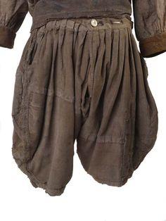 1600-tal. Byxor, skjorta, arbetskläder, slops, linne, slitstarka men ändå lätta att röra sig fritt i, nött, lagat och lappat. Shirt, ID no: 53.101/1a. Breeches, ID no: 53.101/1b. http://collections.museumoflondon.org.uk/online/object/83031.html . http://collections.museumoflondon.org.uk/online/object/83032.html .