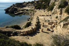 Heraion di Perachora.  Il santuario si affaccia sul Golfo di Corinto, nella parte finale della penisola di Perachora. In foto, la stoà a L risulta in primo piano, mentre il tempio di Era si nota in lontananza sulla destra.
